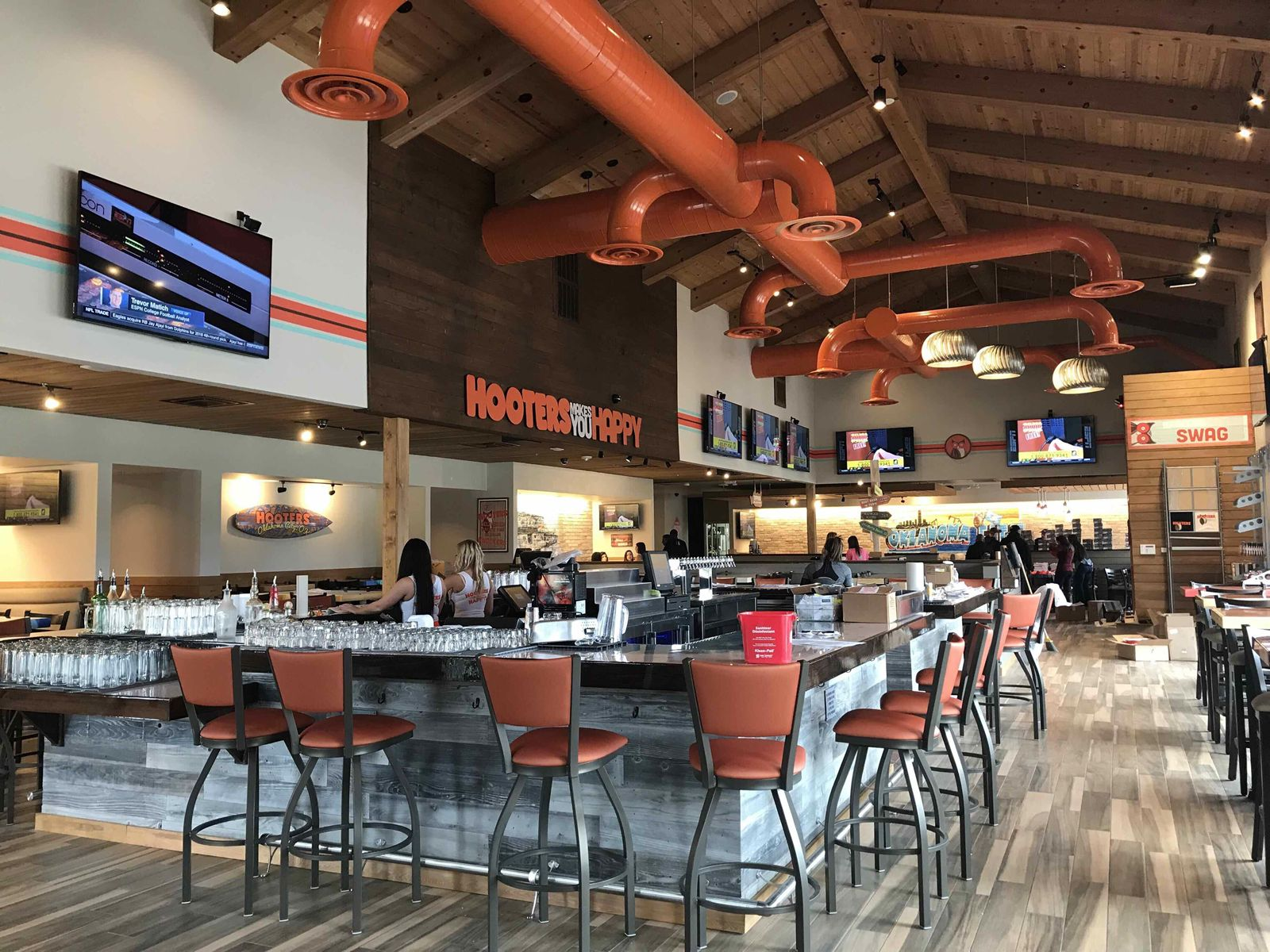 Hooters Spreads Wings with Third Oklahoma City Location