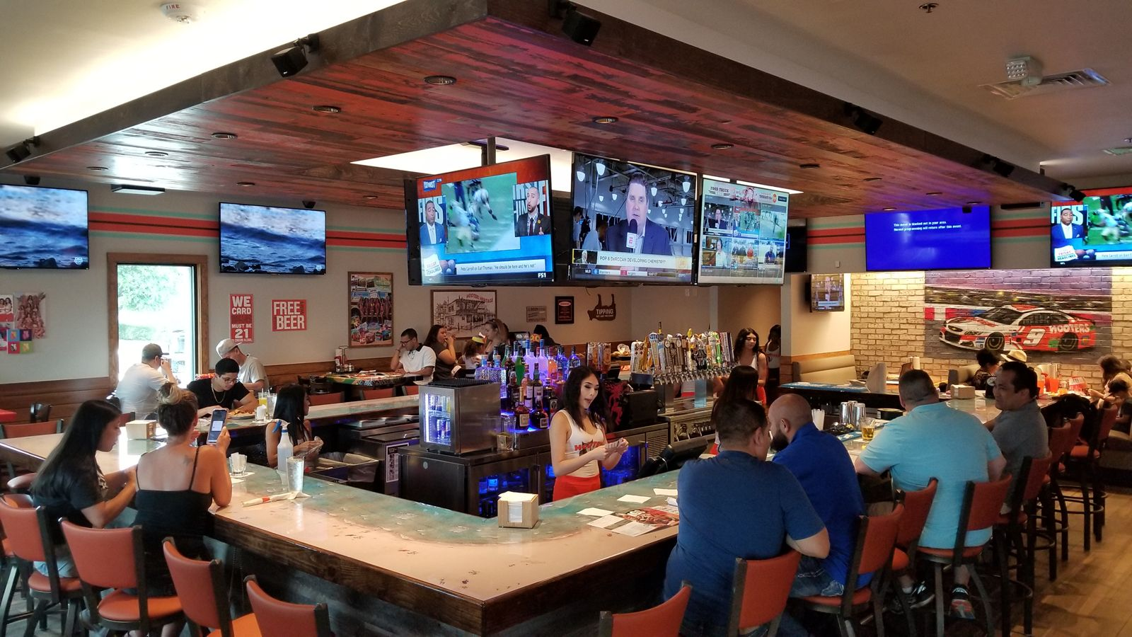 Hooters Opens Newest Location in Grand Prairie, TX
