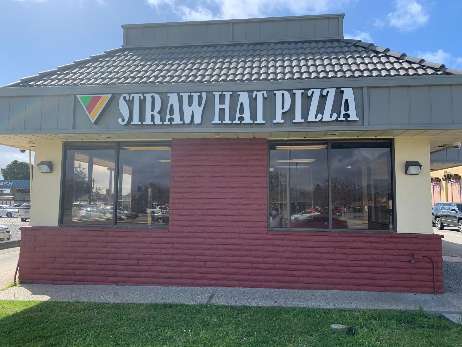 Straw Hat Pizza Opens New Location in Salinas, CA
